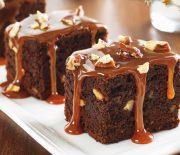 Μπράουνις σοκολάτας με ξηρούς καρπούς και σος καραμέλας