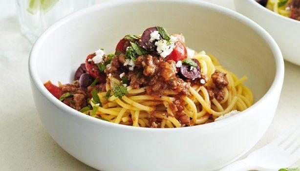 Μακαρόνια με κιμά, ντοματίνια, ελιές και φέτα