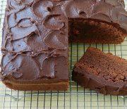 Πανεύκολο, υγρό σοκολατένιο κέικ με καφέ και γλάσο σοκολάτας