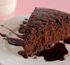 Ελαφρύ σοκολατένιο κέικ με σος σοκολάτας