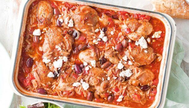 Κοτόπουλο με κριθαράκι και ελιές στο φούρνο