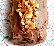 Κορμός με σοκολάτα, άρωμα πορτοκαλιού και καραμελωμένους ξηρούς καρπούς