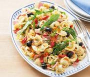 Σαλάτα ζυμαρικών με τορτελίνια, ζαμπόν και πιπεριά Φλωρίνης