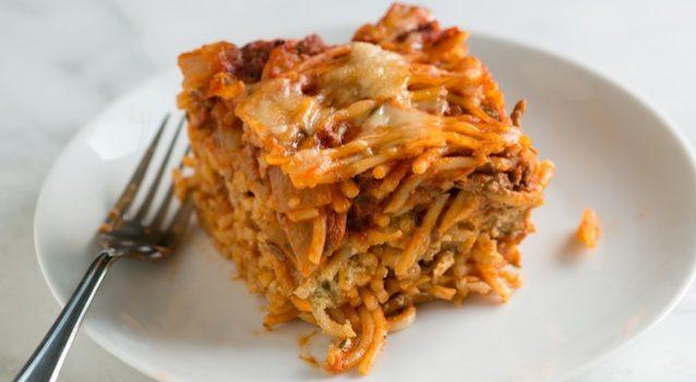 Σπαγγέτι με κιμά, πικάντικη σάλτσα και μοτσαρέλα στο φούρνο