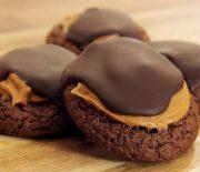 Μπισκότα brownie με φυστικοβούτυρο και λιωμένη σοκολάτα (Video)