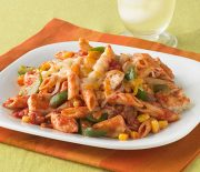 Κοτόπουλο με πέννες και πιπεριές σε σάλτσα ντομάτας και τυριών