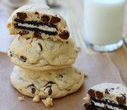Cookies με σταγόνες σοκολάτας, γεμιστά με μπισκότα oreo