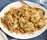 Κοτόπουλο με ρύζι και μανιτάρια, αρωματισμένο με πορτοκάλι στο φούρνο
