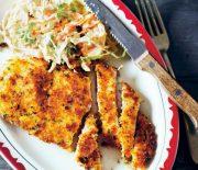 Σνίτσελ κοτόπουλου με σαλάτα κόλσλοου (coleslaw)