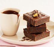 Σοκολατένιο γλυκό ψυγείου με καρύδια και ινδοκάρυδο