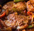 Χοιρινές μπριζόλες με πιπεριές στο τηγάνι (Video)