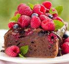 Σοκολατένιο κέικ με βατόμουρα και γκανάζ σοκολάτας