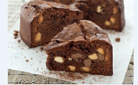 Πανεύκολο σοκολατένιο κέικ με ζαχαρούχο γάλα και σταγόνες σοκολάτας