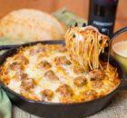 Σπαγγέτι με κεφτεδάκια σε σάλτσα ντομάτας, με τυριά στο φούρνο