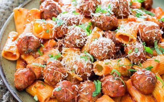Κεφτεδάκια σε σάλτσα αραμπιάτα με ριγκατόνι