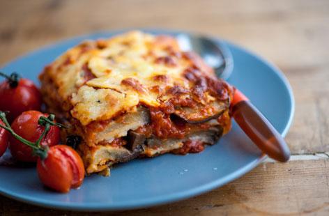 Μελιτζάνες με στρώσεις ντομάτας και τυριών στο φούρνο