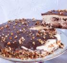 Τούρτα με καρύδια, κρέμα ζαχαρούχου και γκανάζ σοκολάτας
