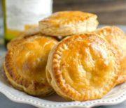 Τυροπιτάκια με τυρί φέτα και βασιλικό