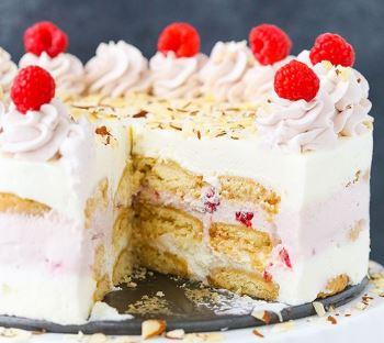 Γλυκό ψυγείου με μπισκότα Shortbread, αφράτη κρέμα και σαντίγι φράουλα