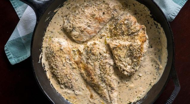 Στήθος κοτόπουλου σε κρεμώδη σάλτσα με μυρωδικά