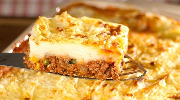 Πίτα του βοσκού με αρνάκι και πουρέ πατάτας με τυρί