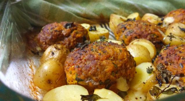 Μπιφτέκια με πατάτες στη γάστρα