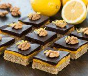 Μπάρες με καρύδια, κρέμα λεμονιού και γκανάζ σοκολάτας (Video)