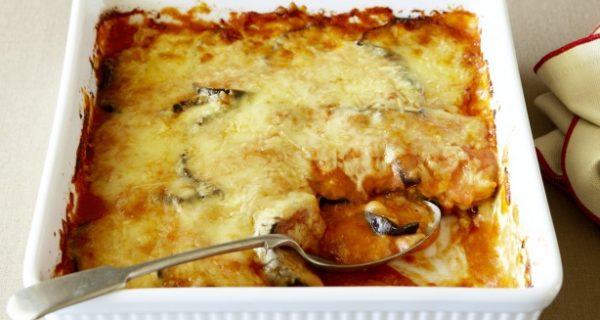 Μελιτζάνες με κρεμώδη σάλτσα ντομάτας και τυριά στο φούρνο