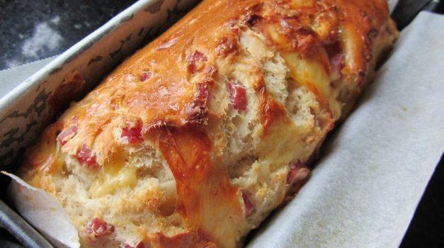 Αφράτο ψωμί με ζαμπόν και τυρί
