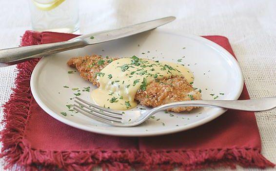 Σνίτσελ κοτόπουλου με κρούστα pretzels και σάλτσα μουστάρδας τυριού