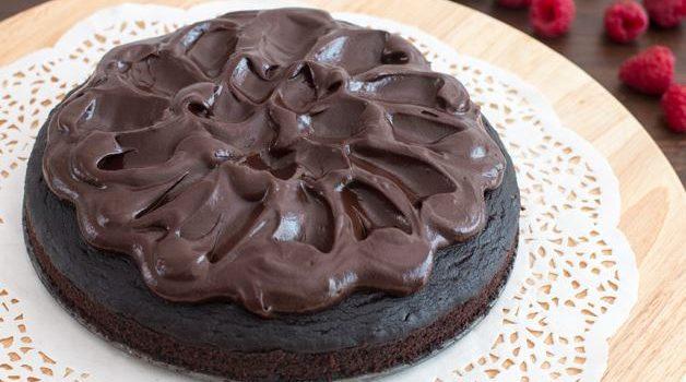 Πανεύκολο υγρό σοκολατένιο κέικ της στιγμής (Video)