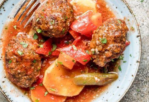 Σουτζουκάκια με πατάτες και λαχανικά στο φούρνο