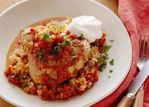 Κοτόπουλο με πιπεριές, πάπρικα και καστανό ρύζι στο φούρνο