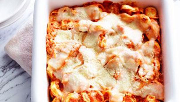 Τορτελίνια σε σάλτσα ντομάτας με τυριά στο φούρνο