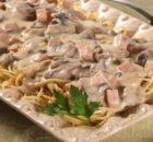 Μακαρόνια με κρεμώδη σάλτσα μανιταριών, ζαμπόν και τυρί