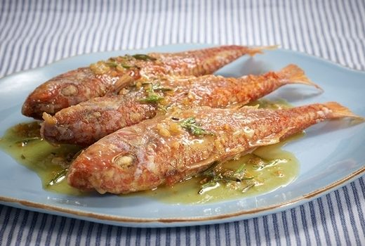 Μπαρμπούνια με σάλτσα από δενδρολίβανο (σαβόρο)
