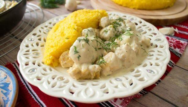 Κοτόπουλο σε κρεμώδη σάλτσα μανιταριών και πουρέ στο φούρνο