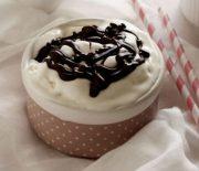 Παγωτό γιαούρτι με σος σοκολάτας