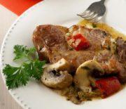 Μπριζόλες χοιρινές στο φούρνο με πιπεριές Φλωρίνης και μανιτάρια