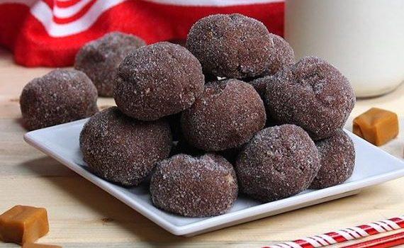 Μαλακά σοκολατένια μπισκοτάκια με γέμιση καραμέλας (video)