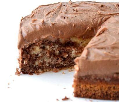 Κέικ δίχρωμο καλυμμένο με αφράτη σοκολατένια κρέμα