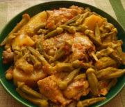 Κοτόπουλο με μπάμιες και πατάτες στο φούρνο