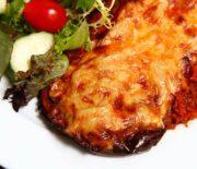 Μελιτζάνες σε φέτες με σάλτσα ντομάτας και τυριά στο φούρνο