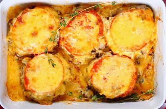Μπιφτέκια κοτόπουλου με μανιτάρια στο φούρνο με ντομάτα και τυριά
