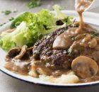 Μπιφτέκια με υπέροχη κρεμώδη σάλτσα μανιταριών