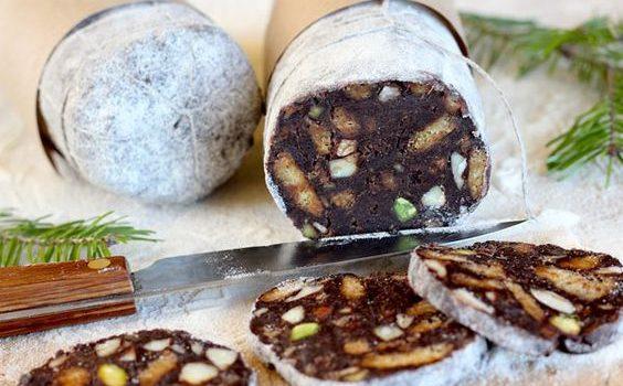 Σοκολατένιο σαλάμι με μπισκότα και ξηρούς καρπούς