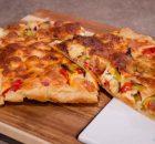 Ανοιχτή πίτα με ντοματίνια ζαμπόν και τυριά