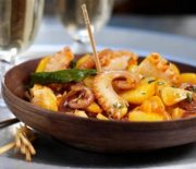 Χταπόδι με πατάτες και κρεμμύδια στη κατσαρόλα