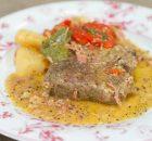 Χοιρινά μπριζολάκια στη γάστρα με πατάτες πιπεριές και μπέικον