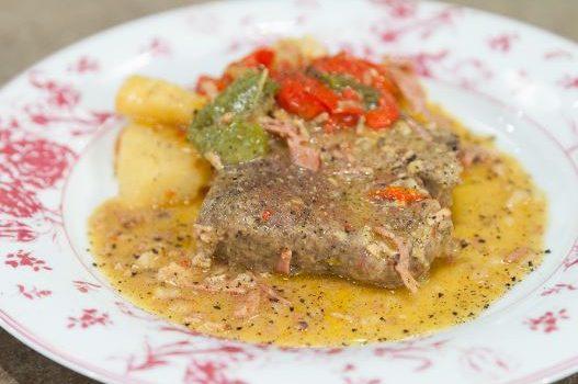 Χοιρινά μπριζολάκια στη γάστρα με πατάτες πιπεριές και μπέικον γαλοπούλας